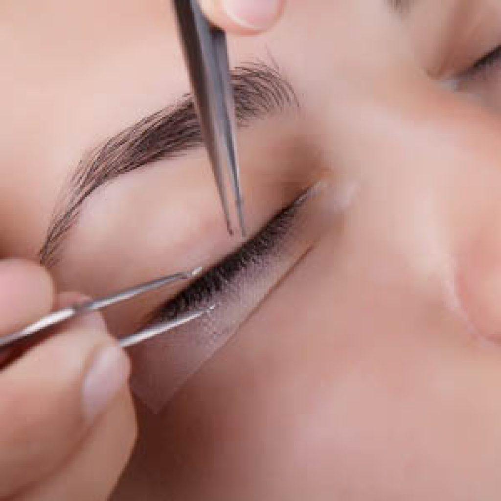 Особенности наращивания ресниц - отзывы женщин и возможные последствия